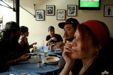 O pessoal Almoçando enquanto eu esta dando oficina de musica Rap...